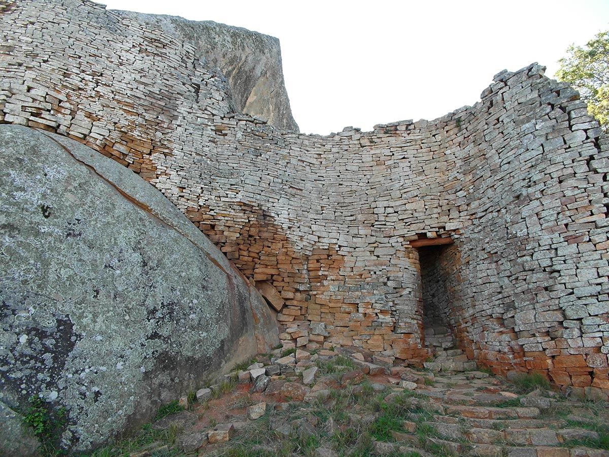 Großer Bergschrein in Simbabwe, der an den Hauptkomplex der Ruinen angrenzt