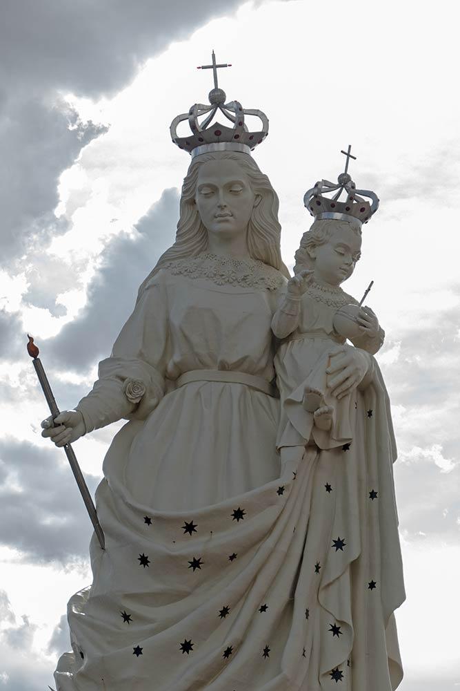 Marienstatue mit Jesuskind auf Hügel über Santuario de Virgen de Socavón, Oruro