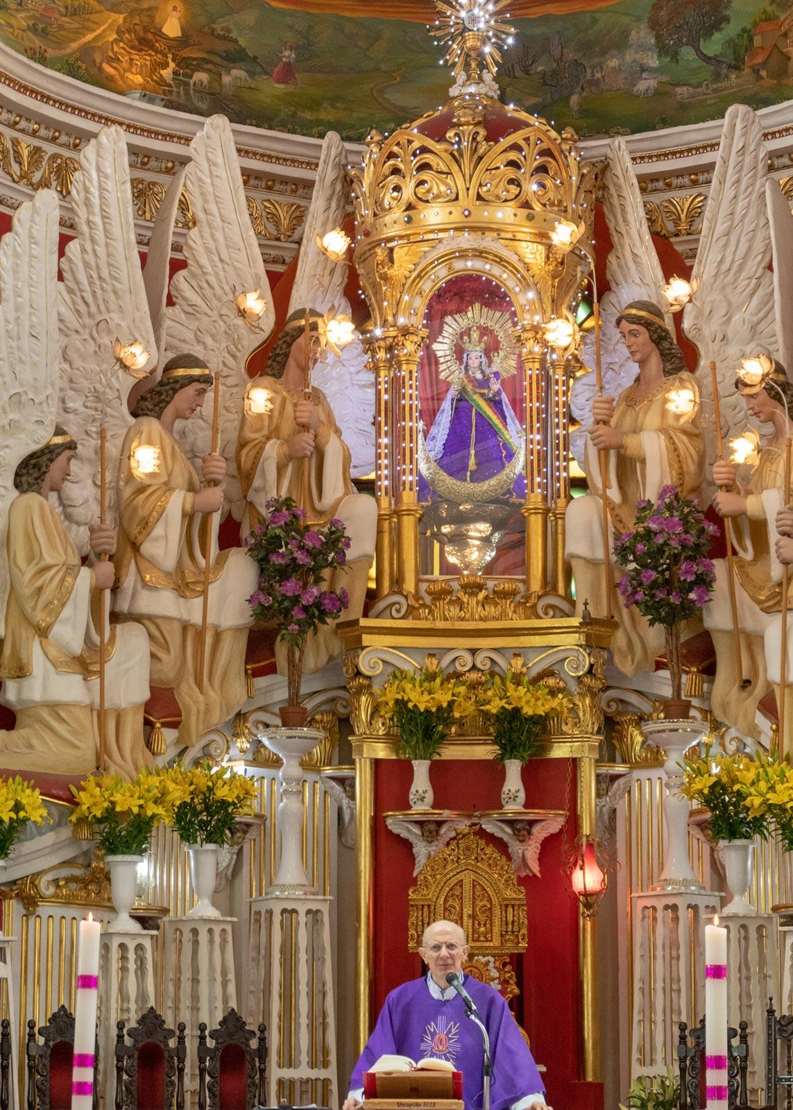 Hauptaltar in der Kirche San Ildefonso, Jungfrau von Urkupi, Quillacollo