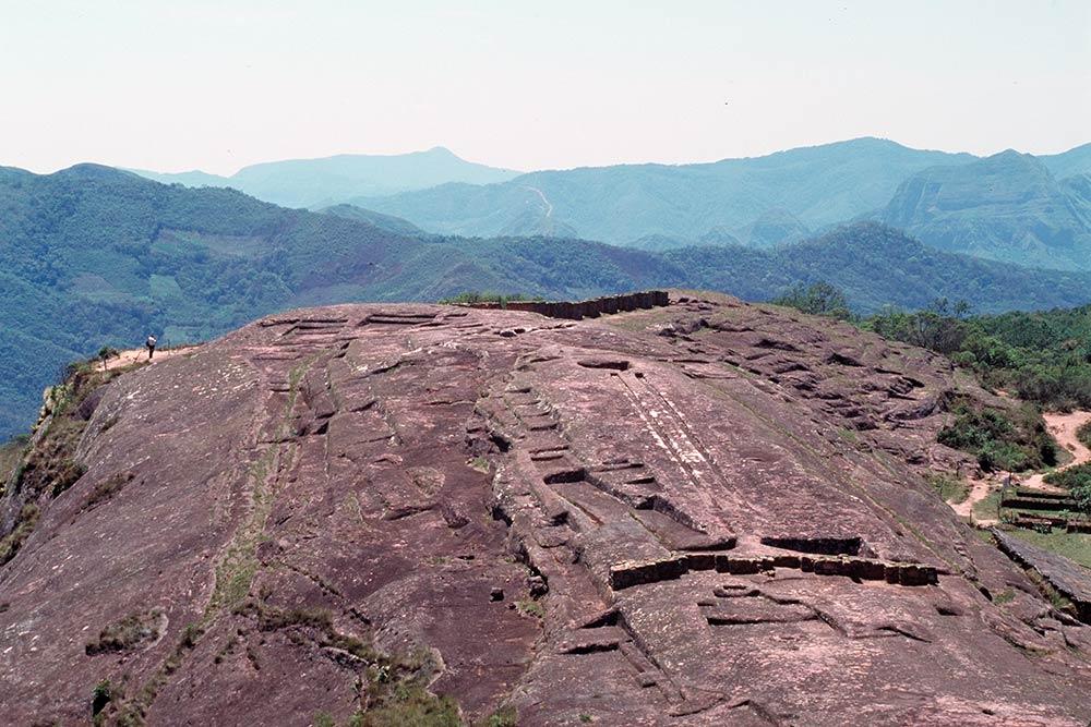 Mysteriöse riesige Steinschnitzereien auf Berg von Samaipata