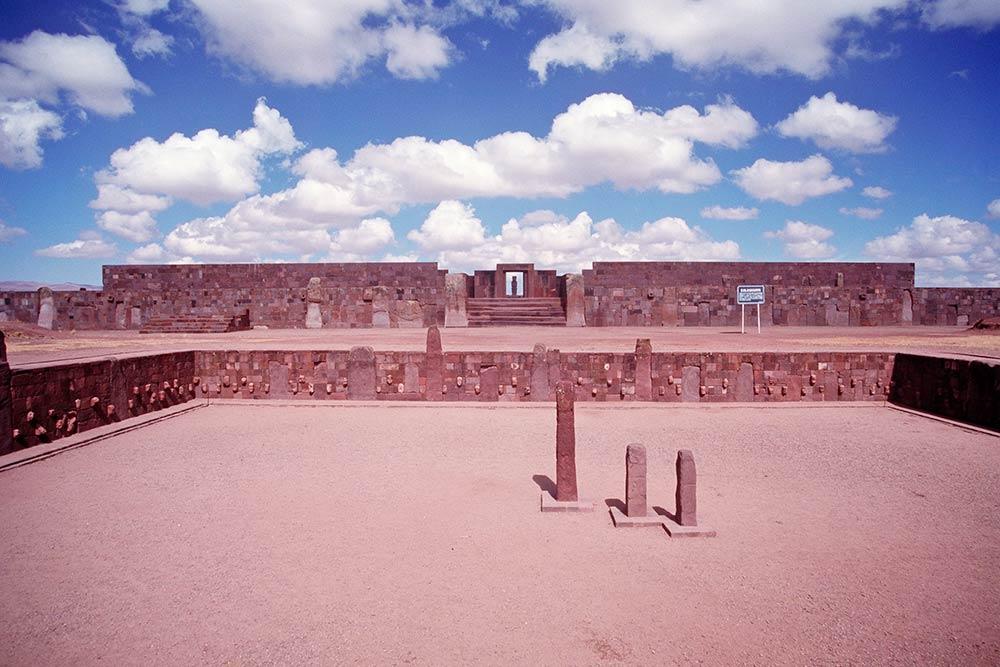 Versunkener Tempel mit dem Eingang zum Kalasasaya-Tempel im Hintergrund, Tiahuanaco