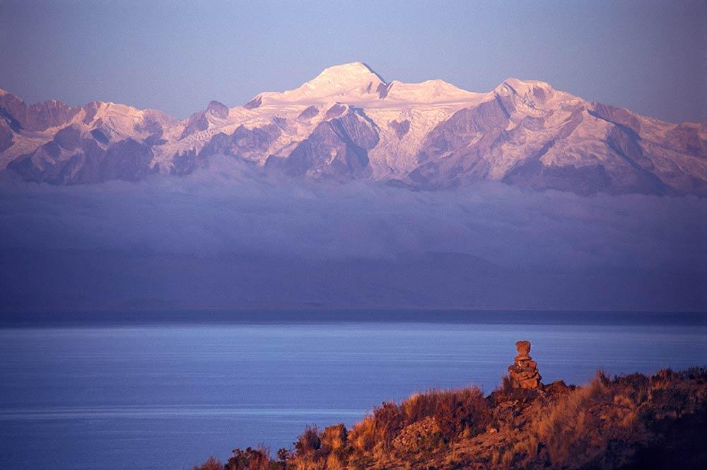 Der Titicacasee, die Mondinsel und die heiligen Berge von Ancohuma und Illampu