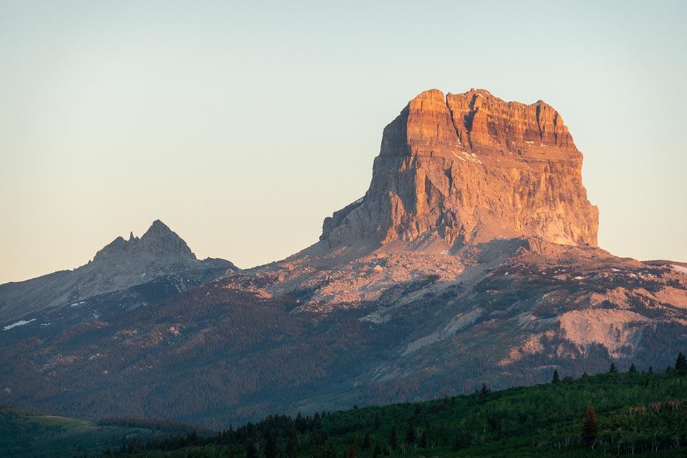 La première lumière du soleil du matin sur Chief Mountain, Montana