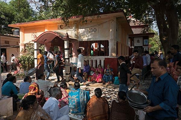 आदिनाथ मंदिर में भोजन करते तीर्थयात्री