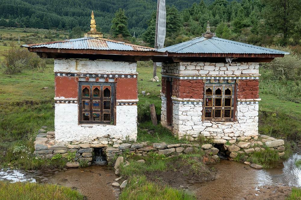 Buli Goempa-Kloster, zwei im Frühjahr gedrehte Gebetsmühlen auf dem Weg zum Buli Goempa-Kloster