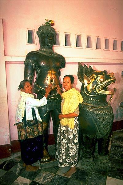 Чудесные целительные статуи, храм Маха Муни, Мандалай, Бирма