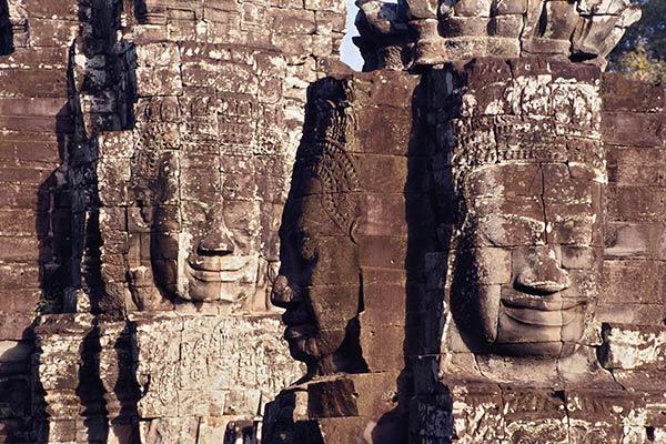 Каменные головы бодхисаттвы Авилокитешвары, храм Байон, Ангкор, Камбоджа