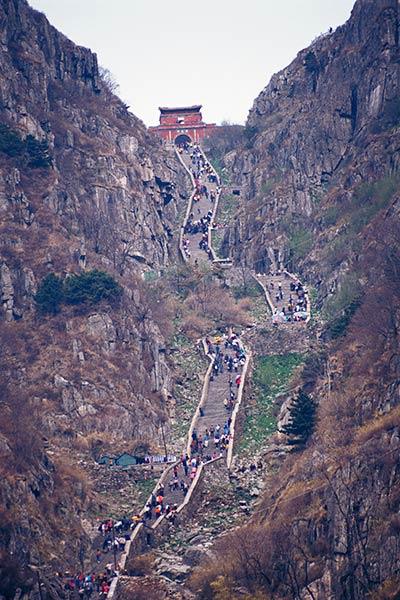 स्वर्ग की सीढ़ी, तीर्थयात्री पवित्र पर्वत ताई शान पर चढ़ते हैं