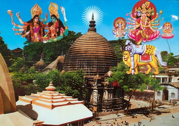 Fotografie des Kamakhya-Tempels mit mythologischen hinduistischen Szenen