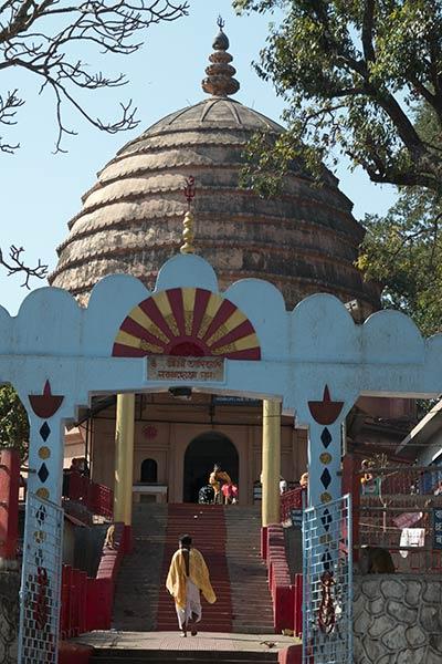 Peregrino hindú que se acerca al templo de Navagraha, Guwahati, Assam