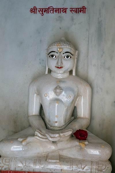 Estatua de Tirthankara Sumatinatha, Templo Ranakpur Jain