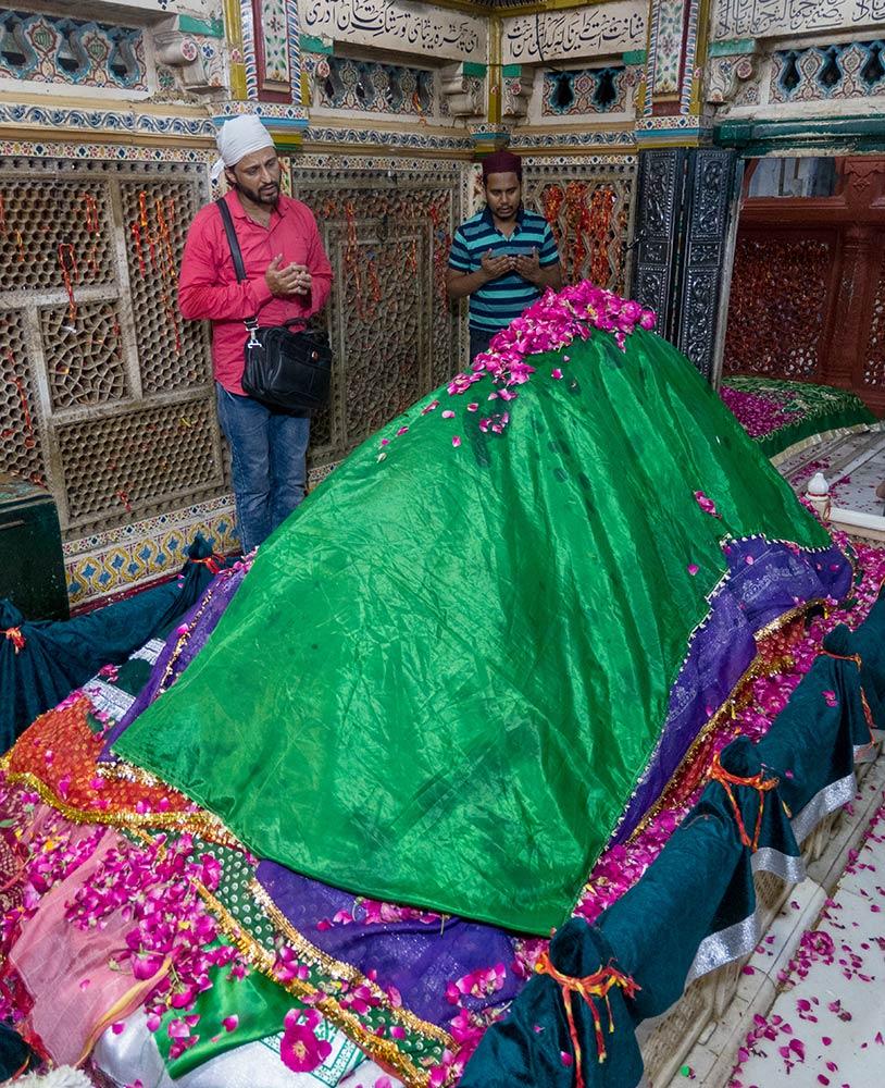 Pellegrino che prega all'interno del santuario di Nizamuddin Dargah, Nuova Delhi
