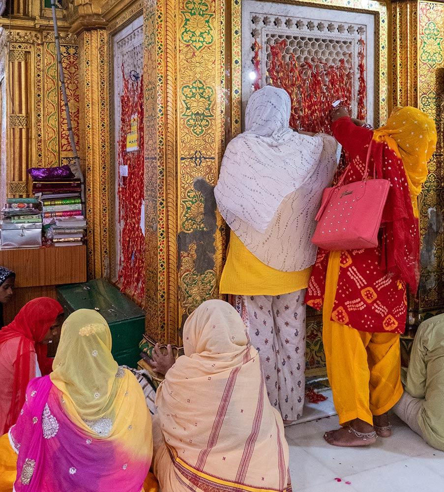 Donne pellegrine nel santuario di Nizamuddin Dargah, Nuova Delhi
