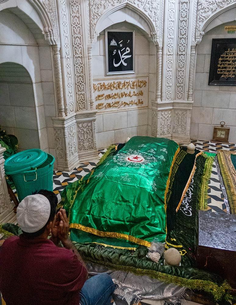Pellegrino all'interno del santuario di Imām Rabbānī Shaykh Ahmad al-Farūqī al-Sirhindī, Fatehgarh Sahib, Punjab