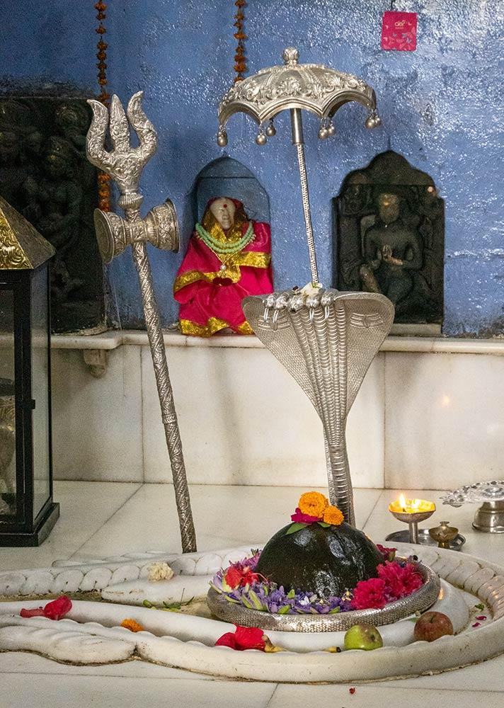 Shiva Linga innerhalb Baijnath Jyotir Linga Shiva Temple