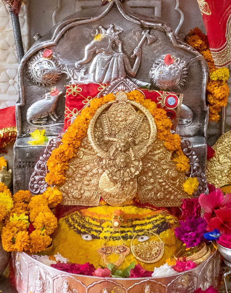 Altar principal de la diosa Vajreshvari, Templo Brajeshwari Devi Shakti Peetha, Kangra