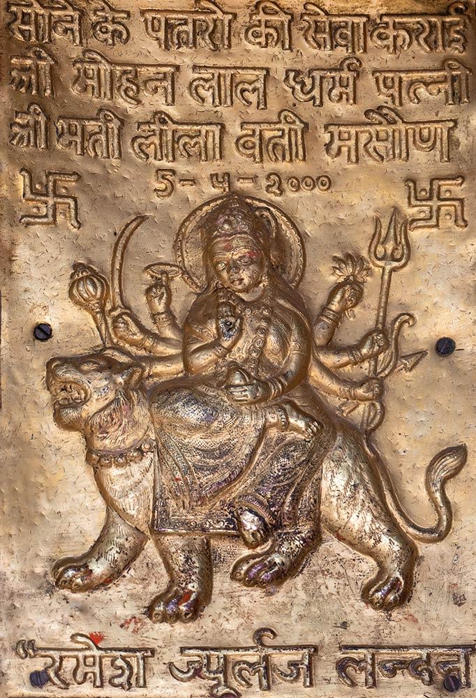 Messingskulptur der Göttin Chamunda Devi am Chintpurni Tempel