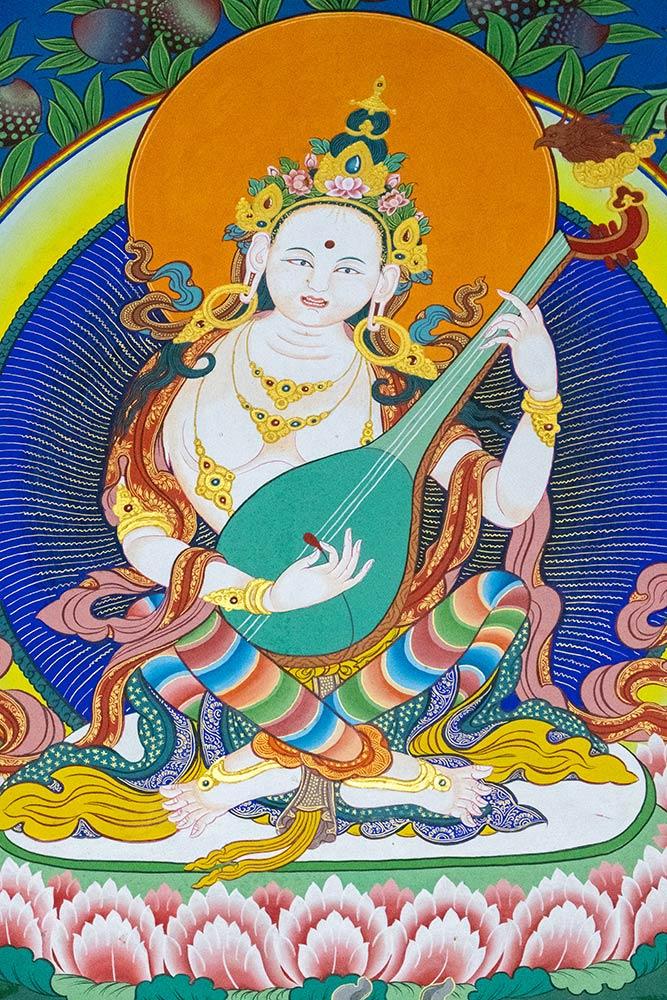 Dipinto della dea Saraswati al tempio Dalai Lama, monastero di Namgyal, McLeod Ganj, Dharamshala