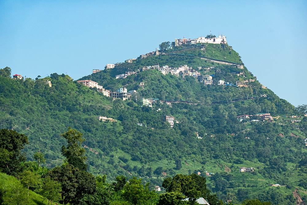 Hügel des Naina Devi Tempels