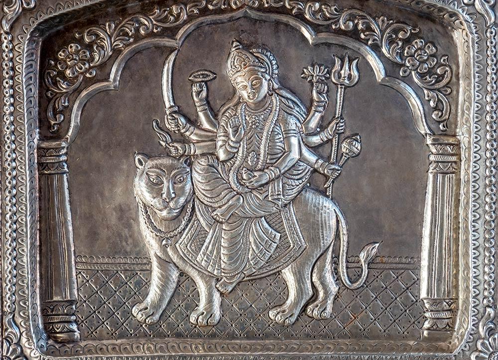 Scultura della dea Chamunda Devi sulla porta del tempio di Naina Devi