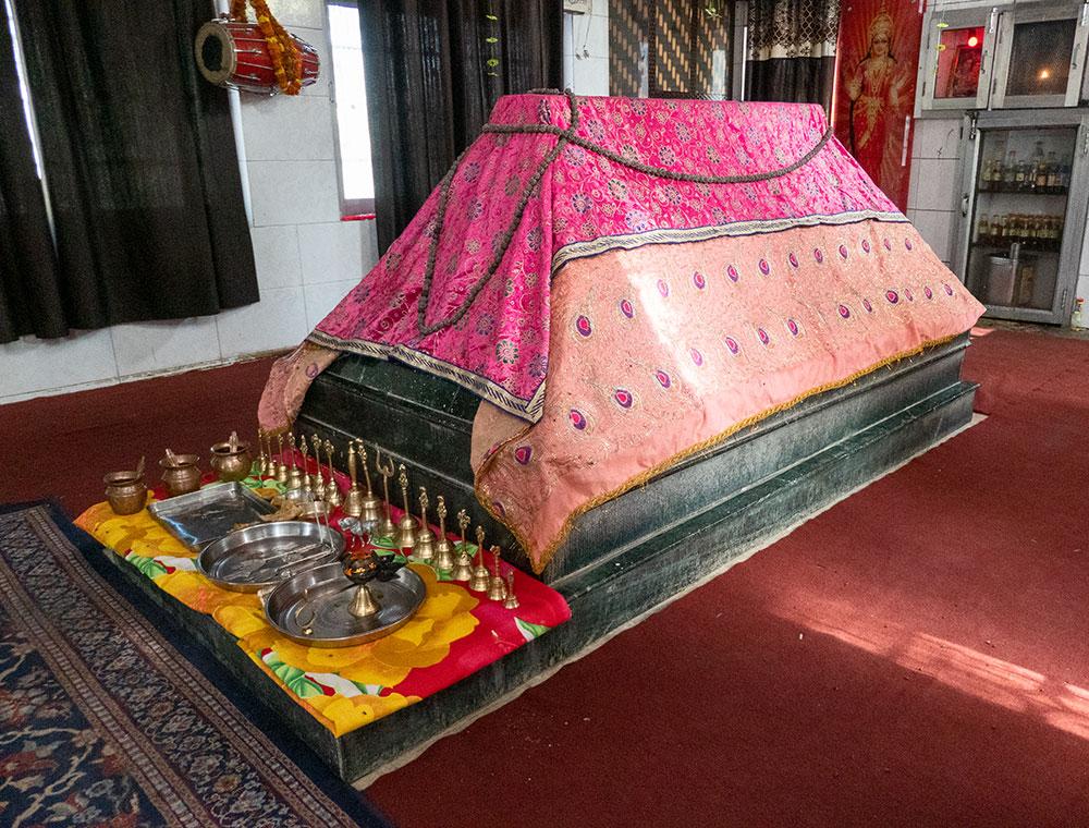 Intérieur du sanctuaire de Baba Chamliyal, Jarhabtal