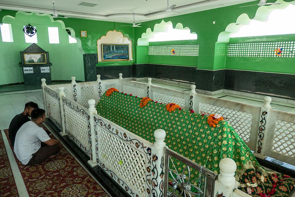 Pèlerins à l'intérieur du sanctuaire de Peer Baba Budhan Ali Shah, près de l'aéroport de la ville de Jammu