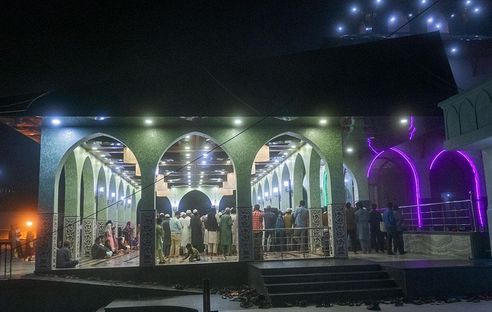 Entrada del santuario Shahdara Sharif, Thanna Mandi, Rajouri
