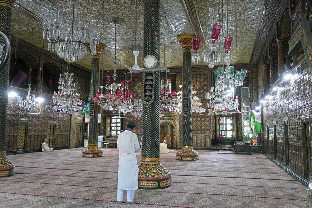 Peregrino rezando dentro del santuario de Khanqah Shai Hamadan, Srinagar