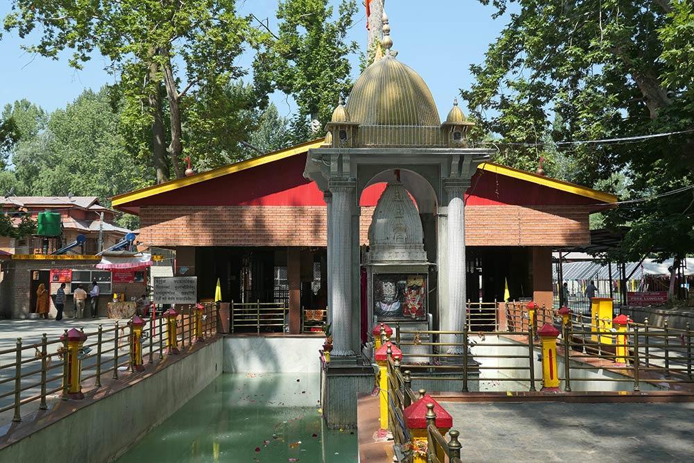 Templo Kheer Bhawani, Tumulla