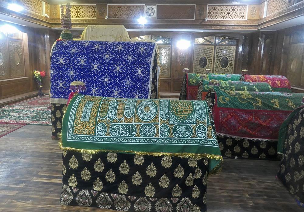 Kenotaphs von verschiedenen Sufi-Weisen, Sheikh Nooruddin Nooranis Dargah, Charisharief