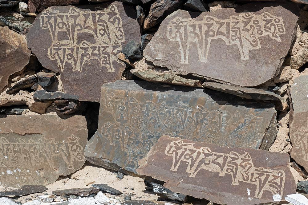 Gebetssteine bei Stupa (Chorten) bei Diskit Gompa