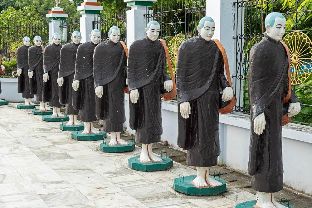 Статуи буддийских монахов, выполняющих медитацию при ходьбе по Випассане, ступа Мьянмы, Кушинагар