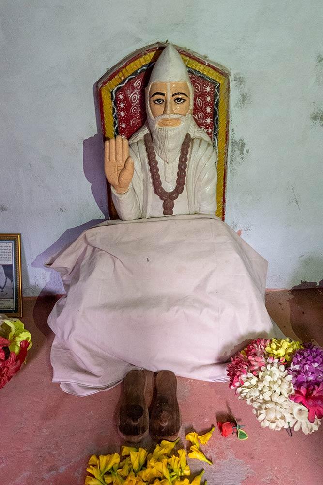 Статуя святого Кабира в его комнате для медитации, Магаар
