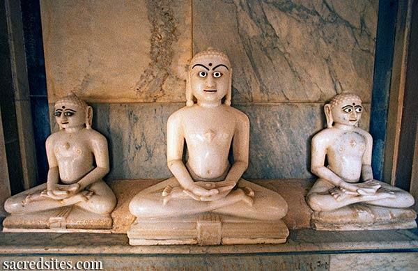 Statues de Tirthankara à Shatrunajaya