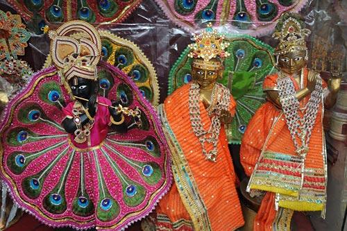 Krishna, Radha und ein tanzender Gopi, Vrindavan