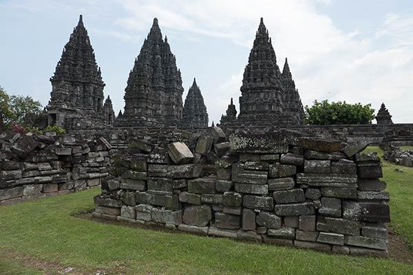 Temple pervara non reconstruit avec le temple de Shiva en arrière-plan