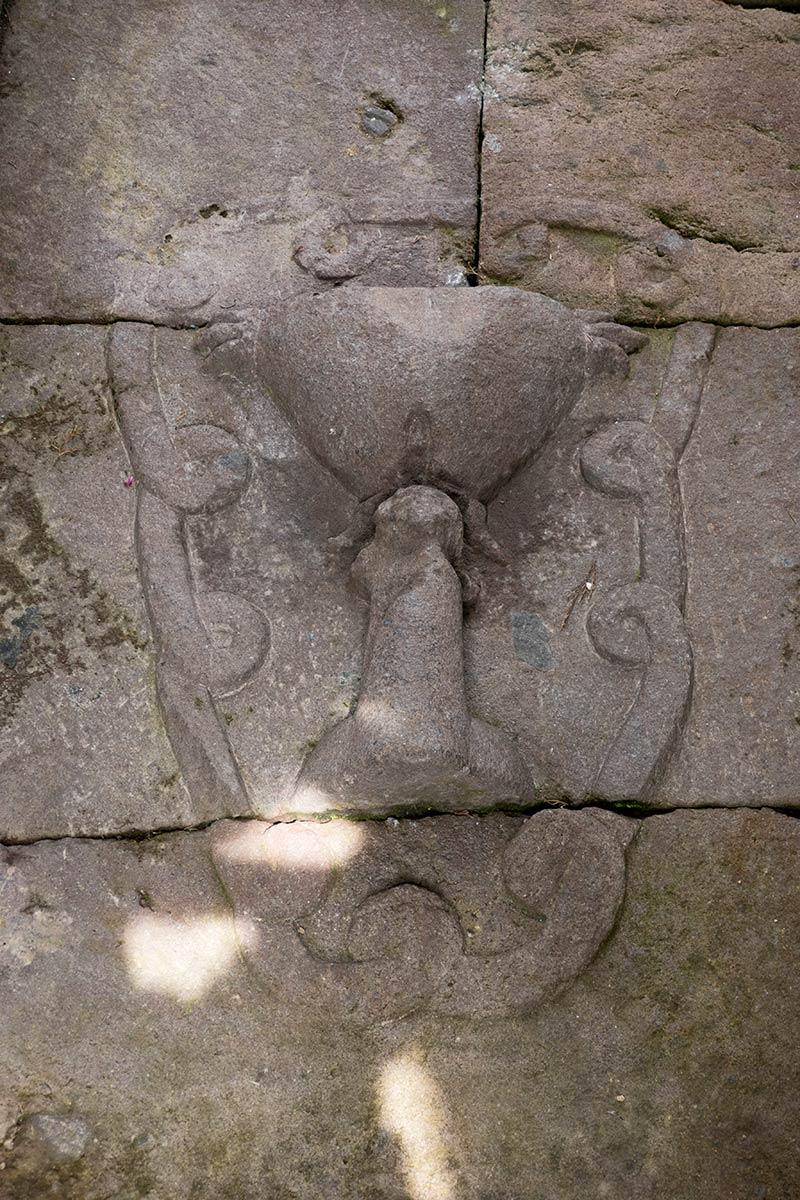Skulptur von Linga und Yoni (Phallus und Vagina), Candi Sukuh