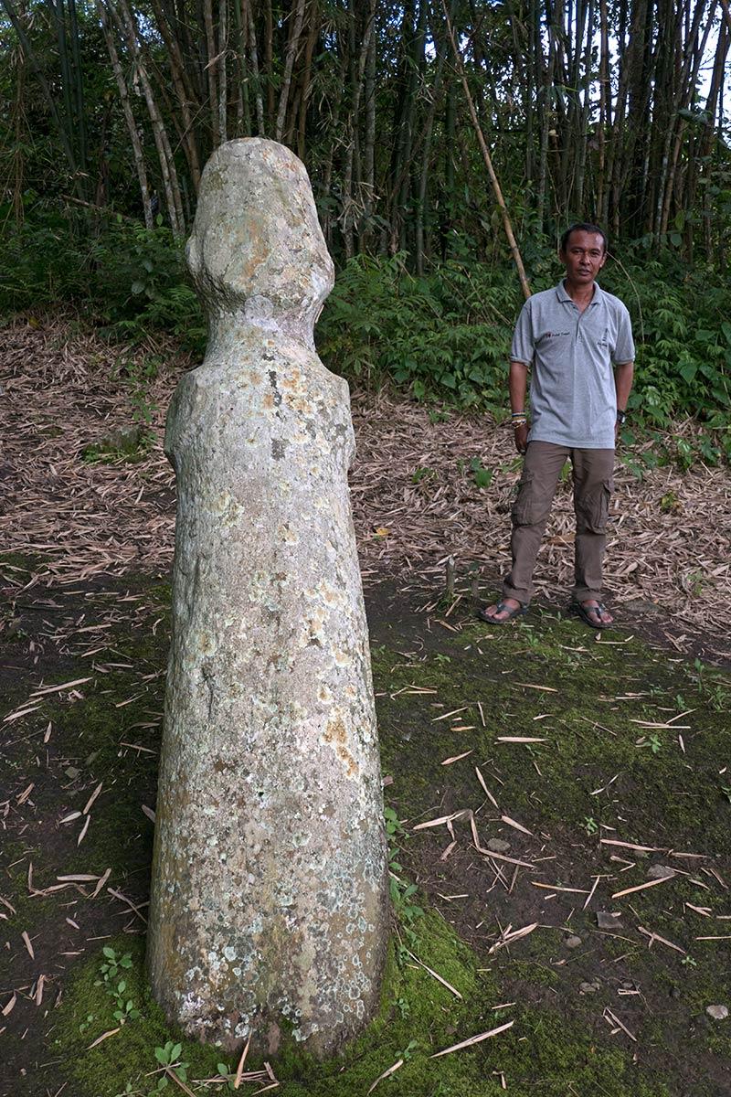 Statue de Pekasele avec l'archéologue Iksam Djorimi, près du village de Tamadue, Napu Valley