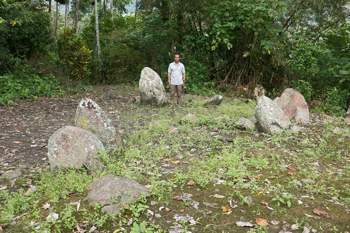 Monolithe d'Oboka avec l'archéologue Iksam Djorimi, près du village de Tamadue, Napu Valley