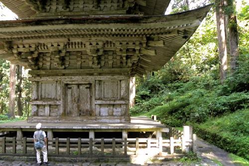 Haguro San, Go-Jyu-No-To Fünfstöckige Pagode mit Pilger