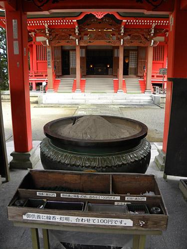 Haguro San, Sanjin Gosaiden, angrenzender Tempel, Weihrauchbrenner am Eingang zum Schrein