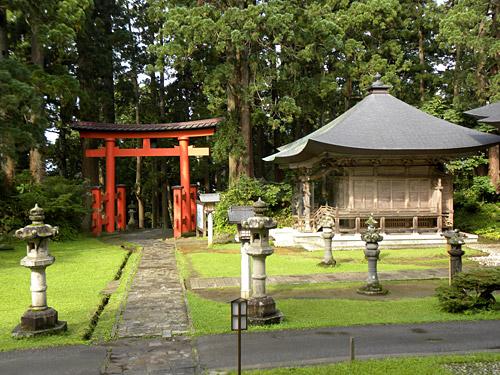 Haguro San, Tori au temple Sanjin Gosaiden