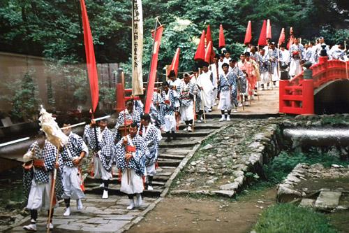 Haguro San, Yamabushi zu Fuß bergauf nach Sanjin Gosaiden Tempel