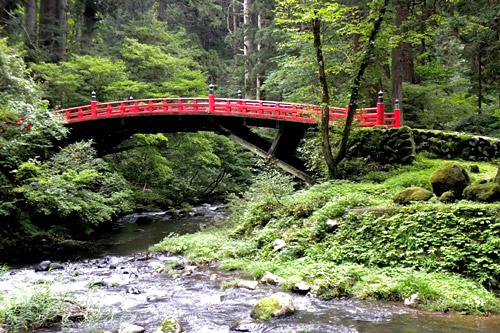Haguro San, Brücke am Anfang des Steinwegs zum Sanjin Gosaiden Tempel