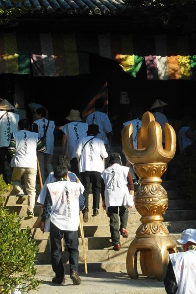 शिकोकू इशिताजी मंदिर तीर्थयात्री