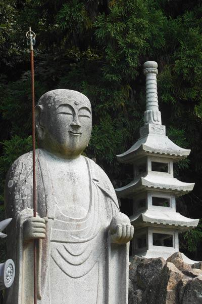 शिबोकु यकुरिजी मंदिर कोबो दैशी की पत्थर की मूर्ति