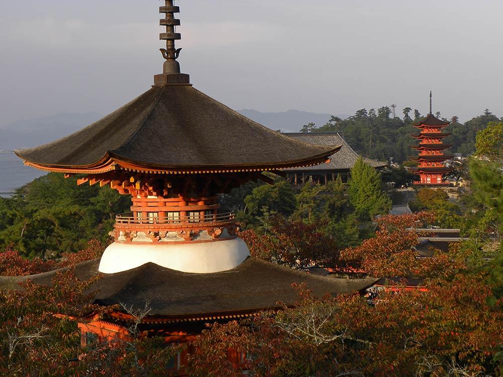 Пагода Тахото и пятиэтажная пагода, остров Миядзима