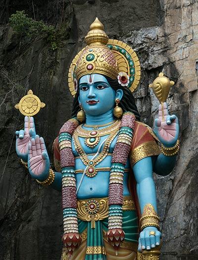 Статуя Рамы перед пещерой Рамаяна у подножия холма Пещеры Бату