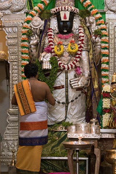 Cérémonie conduisant la cérémonie à l'intérieur du temple Sri Venkatachalapathi à la base de la colline des Batu Caves