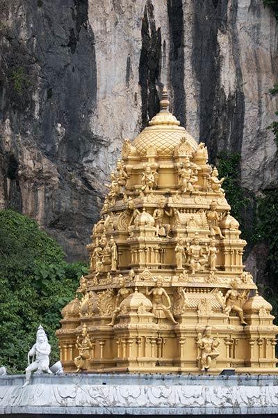 Храм Шри Венкатачалапати у подножия холма Пещеры Бату